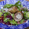 Mediterrane Schnitzelröllchen auf gemischtem Salat und dazu zitroniger Kartoffelstampf