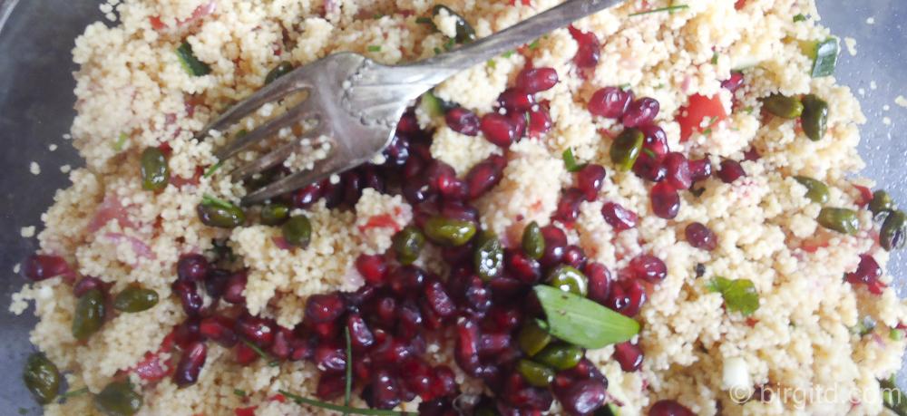 Orientalischer Couscous-Salat mit Schafskäse, Granatapfel und gerösteten Pistazien