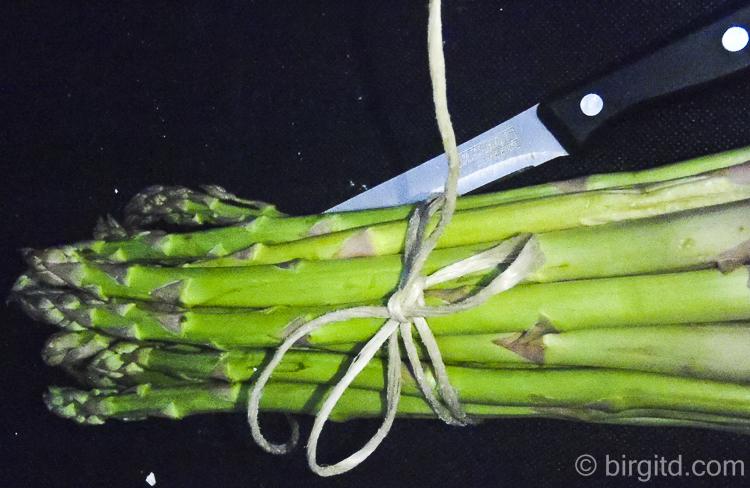 Grüner Spargel, gebündelt
