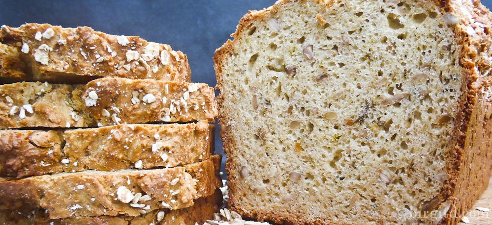 Hafer-Brot mit Sonnenblumenkernen und würzigen Kräutern
