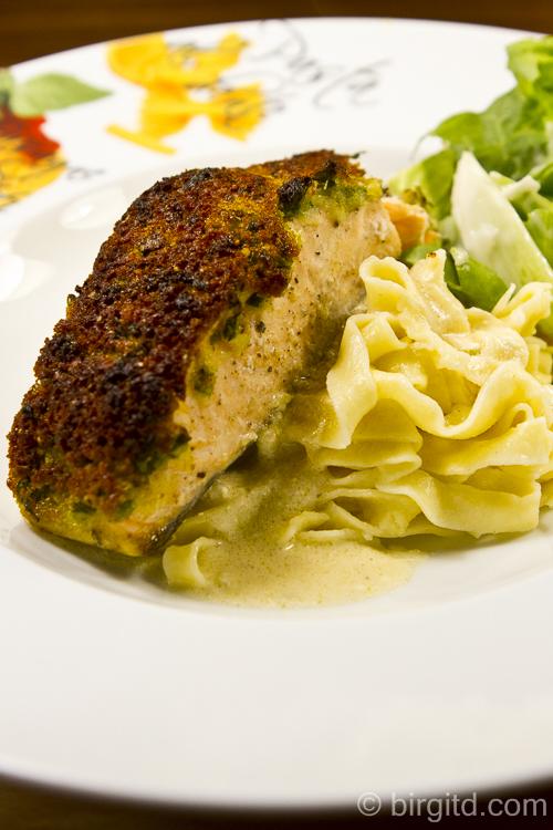 Selbstgemachte Tagliatelle und gebratener Lachs mit Kräuter-Parmesan-Kruste