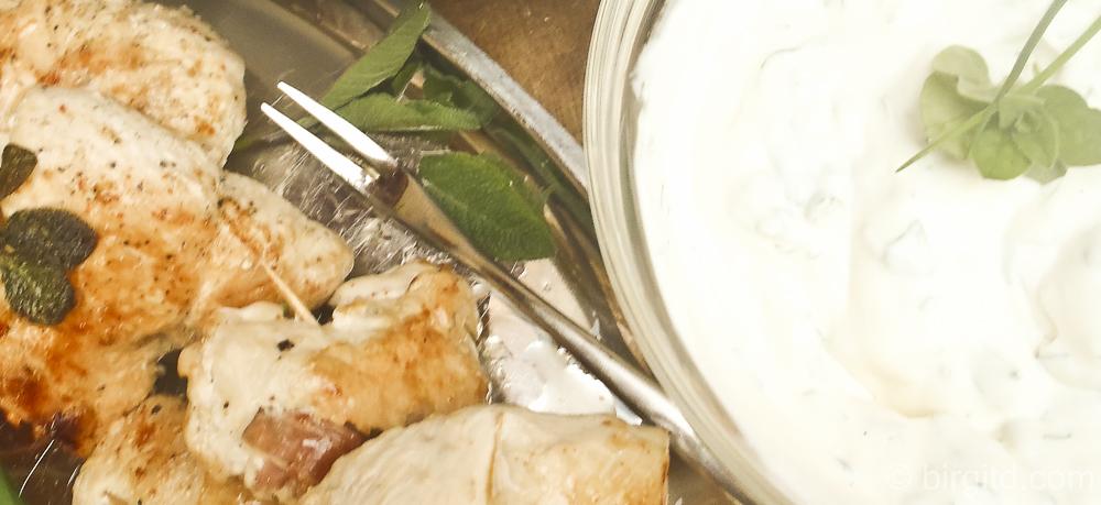Saltimbocca vom Hähnchenfilet mit Salat und Kräutercrème