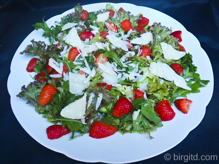 Erdbeerig frischer Rucolasalat