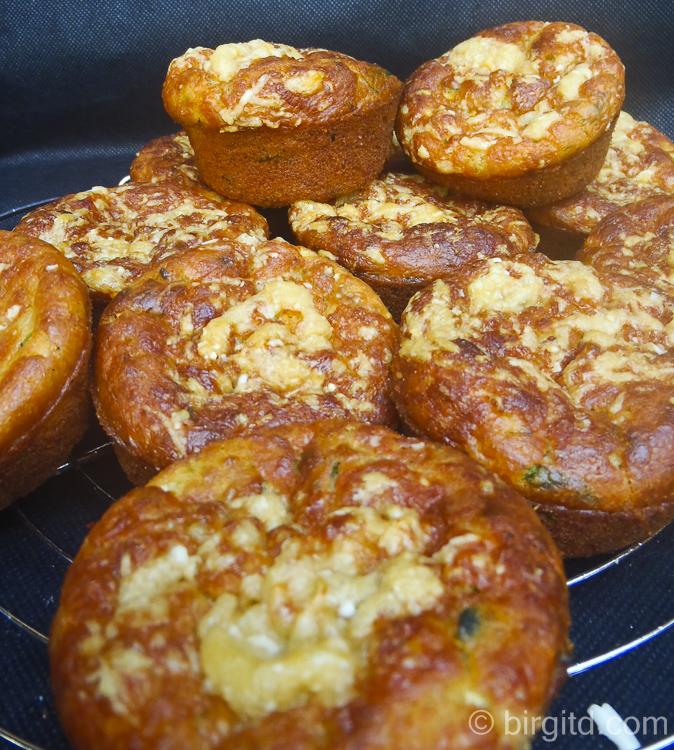 Zucchini-Kräuter-Muffins - lecker als Grill-Beilage