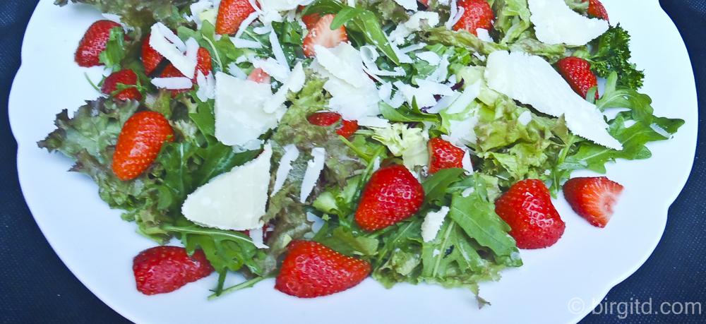 Erdbeerig frischer Rucola-Salat & Zucchini-Kräuter-Muffins – leckere Beilagen zum Grillen