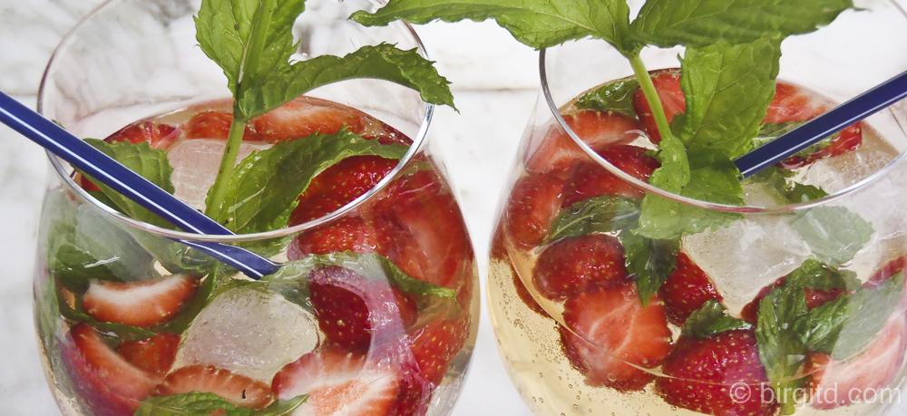 Happy Hour mit Erdbeer-Hugo und würzigen Pesto-Blätterteigstäbchen ♥