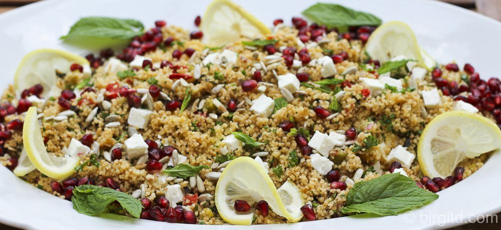 Würzig-fruchtiger Couscous-Salat mit Schafskäse, Granatapfel und gerösteten Sonnenblumenkernen