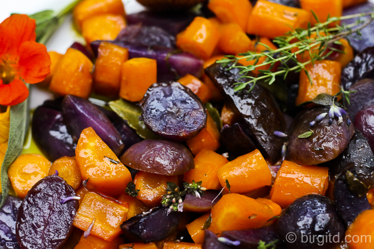 Blaue Kartoffeln und Möhren aus dem Ofen