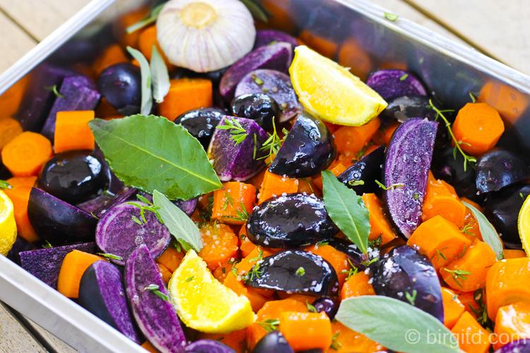 Blaue Kartoffeln und Möhren, vorbereitet