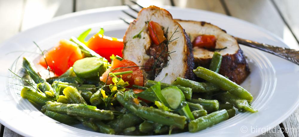 Würzige Hähnchen-Rouladen mit einem Salat aus grünen Bohnen und Tomaten – leicht & frisch