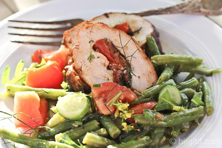 Würzige Hähnchen-Rouladen mit einem Salat aus grünen Bohnen