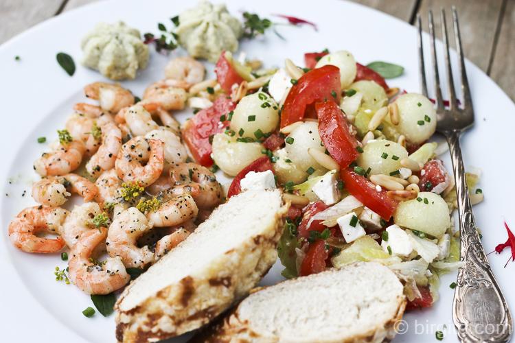 Melonenrezepte: Tomaten-Melonen-Salat mit Knoblauch-Garnelen - extrem lecker
