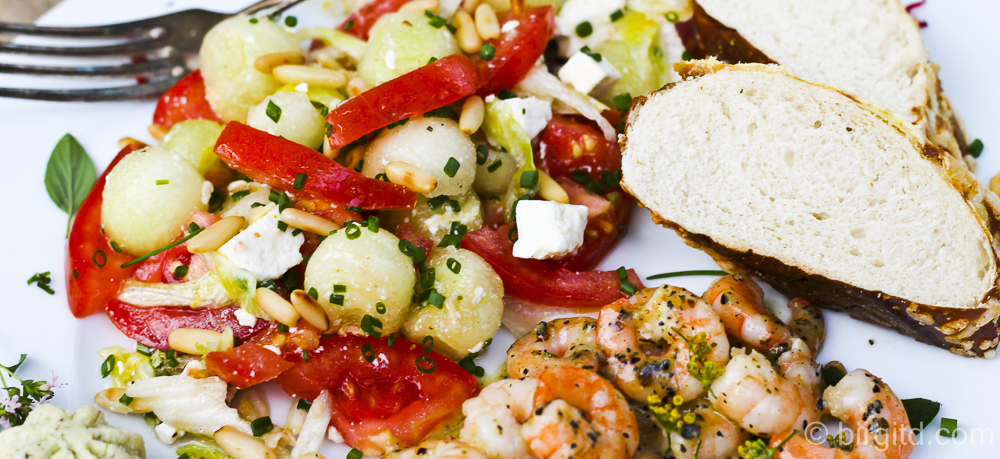 Tomaten-Melonen-Salat mit Knoblauch-Garnelen – extrem lecker!