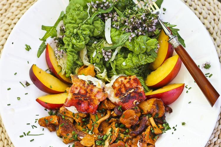 Pfifferlinge mit- Ziegenkaesepaeckchen-und-salat