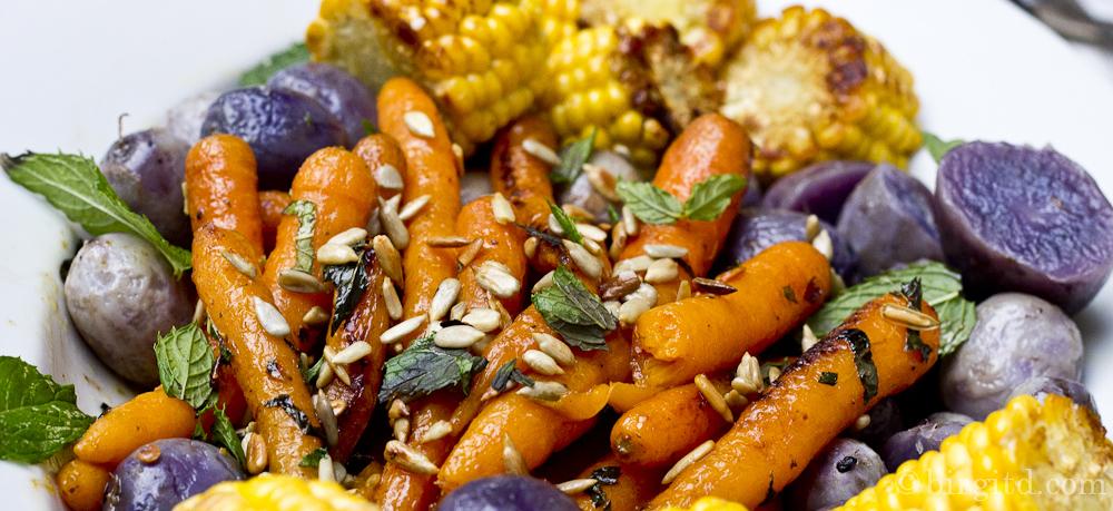 Honig-Möhrchen mit Minze und Sonnenblumenkernen