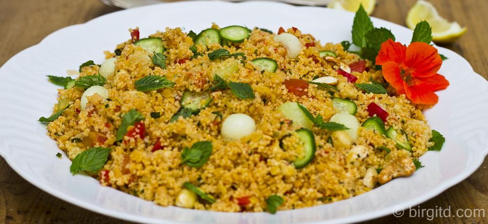 Minzfrischer Couscous-Salat mit roten Linsen, Paprika, Gurke & Melone