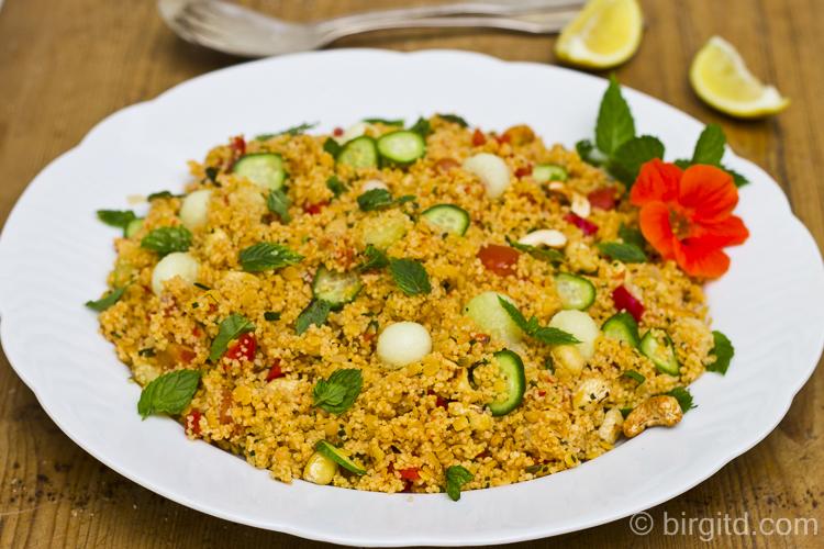 Melonenrezepte: Couscous-Salat mit Melone, Paprika und Minze - schnell gemachte, leckere Beilage zum Grillen