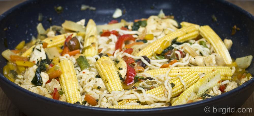Asia-Nudelgericht mit Gemüse und Hähnchen aus dem Wok