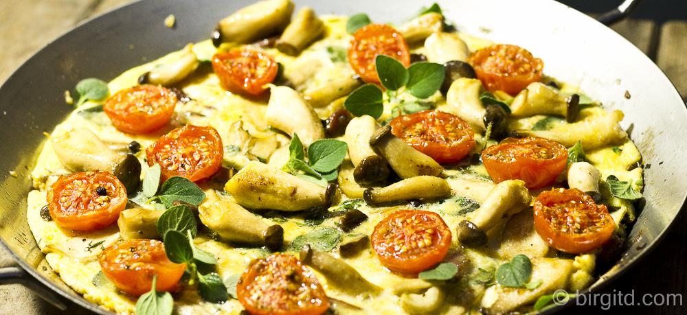 Herzhaftes Omelette mit Pilzen und Röst-Tomaten