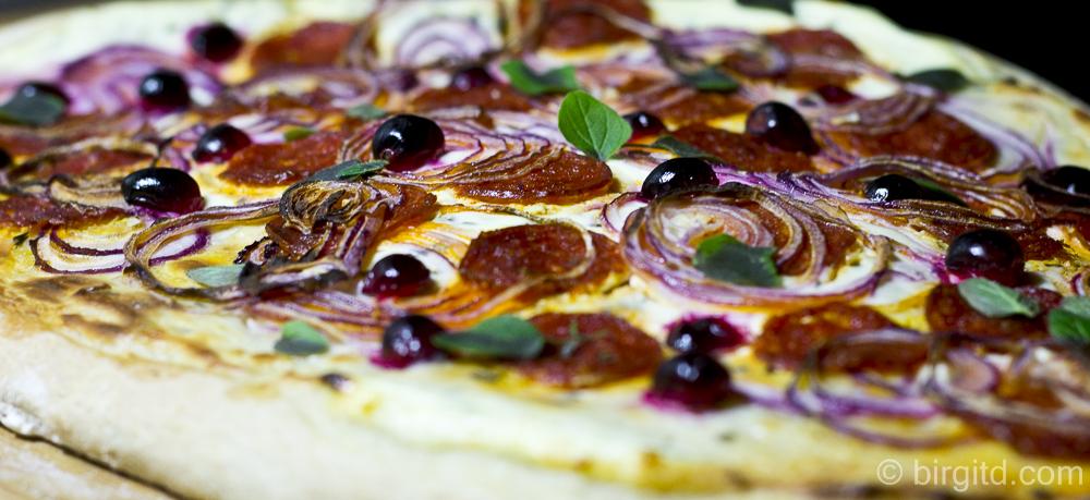 Knusprig-würziger Flammkuchen mit Chorizo und Cranberries