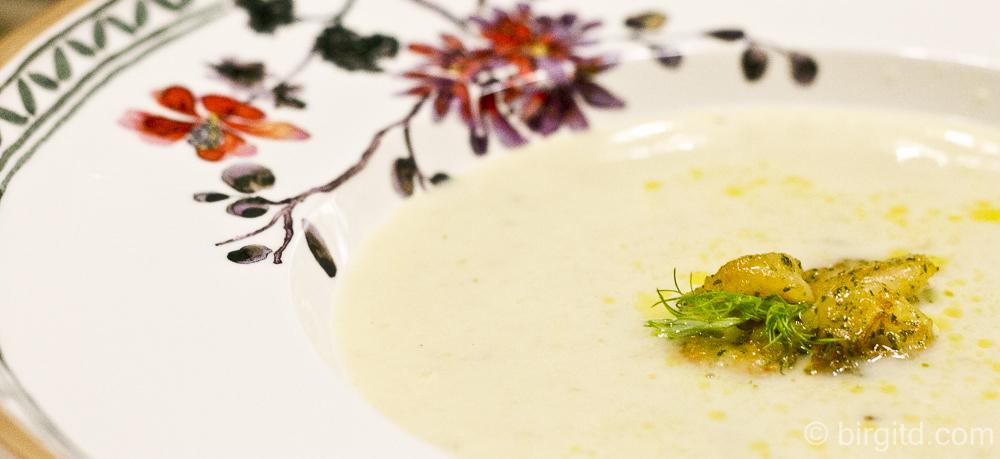 N° 5 ♥ Fenchelrahmsuppe mit gekräuterten Garnelen & Kräuter-Brötchen