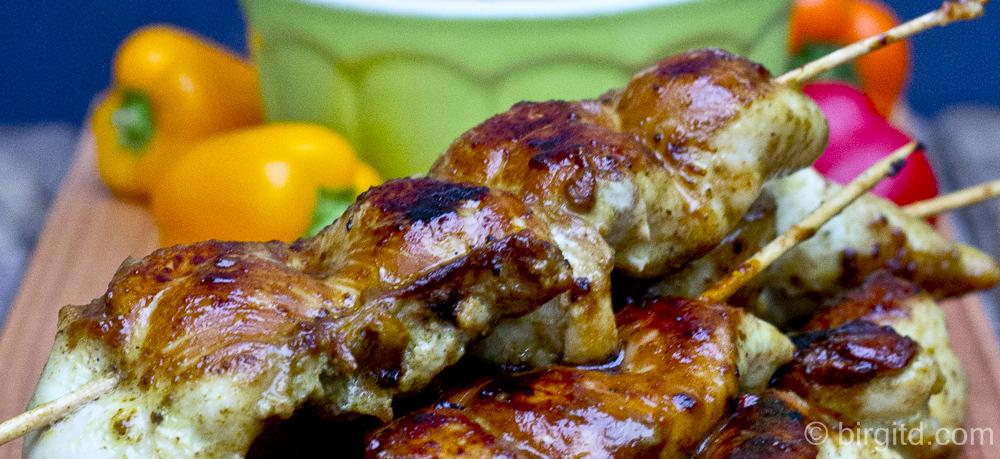 Hähnchen-Satés mit knusprig-scharfer Erdnuss-Sauce