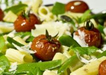 Pasta mit Zuckerschoten, Tomaten und Minze in Pecorino-Rahm-Sauce