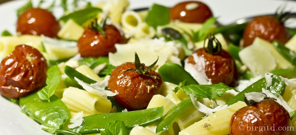 Tortiglioni mit Zuckerschoten, Tomaten und Minze in Pecorino-Rahm-Sauce