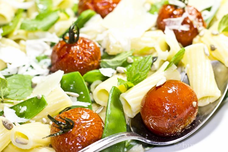 Pasta mit Zuckerschoten, Tomaten und Minze in Pecorino-Rahmsauce