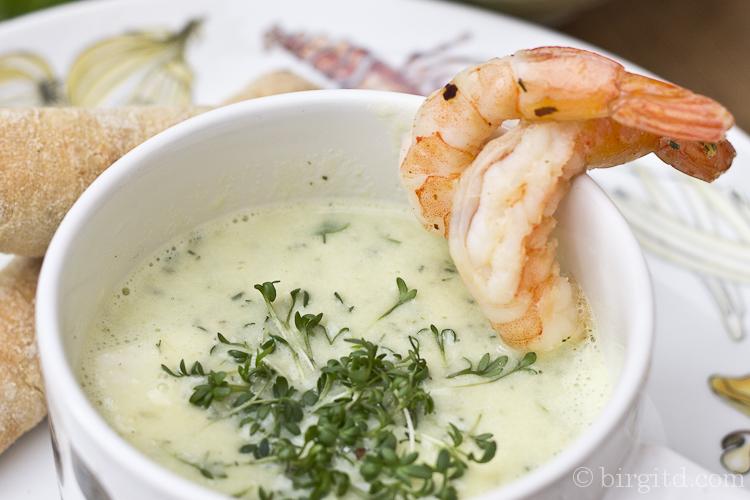 Frühlingskräuter-Suppe mit Garnelen