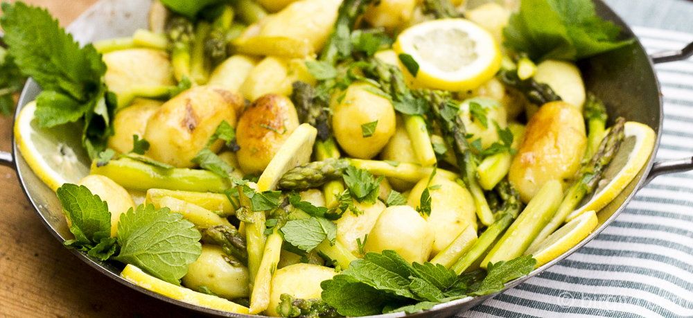Grüner Spargel & kleine Kartoffeln mit Kräutern aus der Pfanne