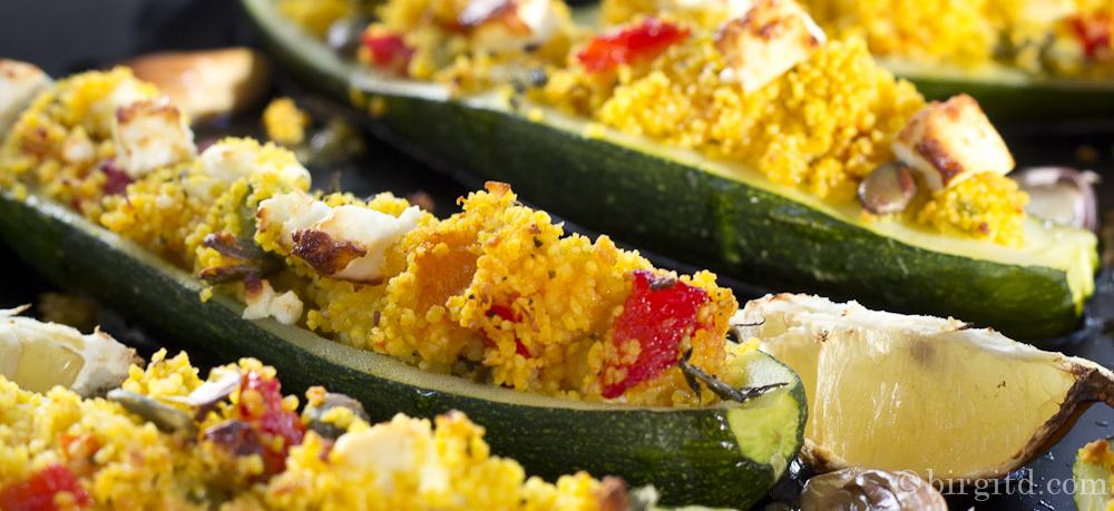 Frisch geerntete Zucchini gefüllt mit orientalisch gewürztem Couscous