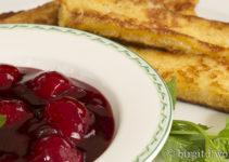 Rote Grütze mit French-Toast-Sticks