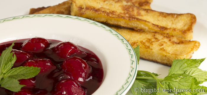 Rote-Beeren-Grütze mit French Toast Sticks