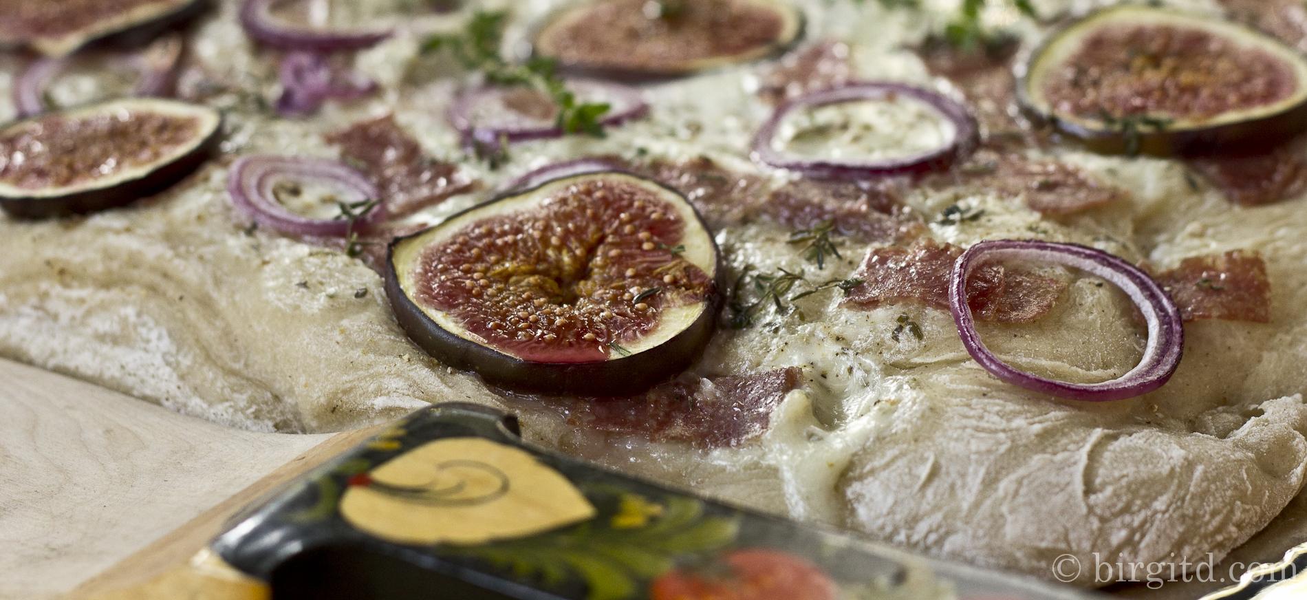 Flammkuchen mit Gorgonzola, Salami & frischen Feigen