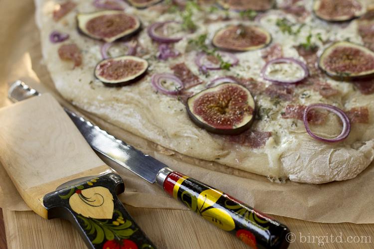Flammkuchen mit Gorgonzola, Salami & Feigen
