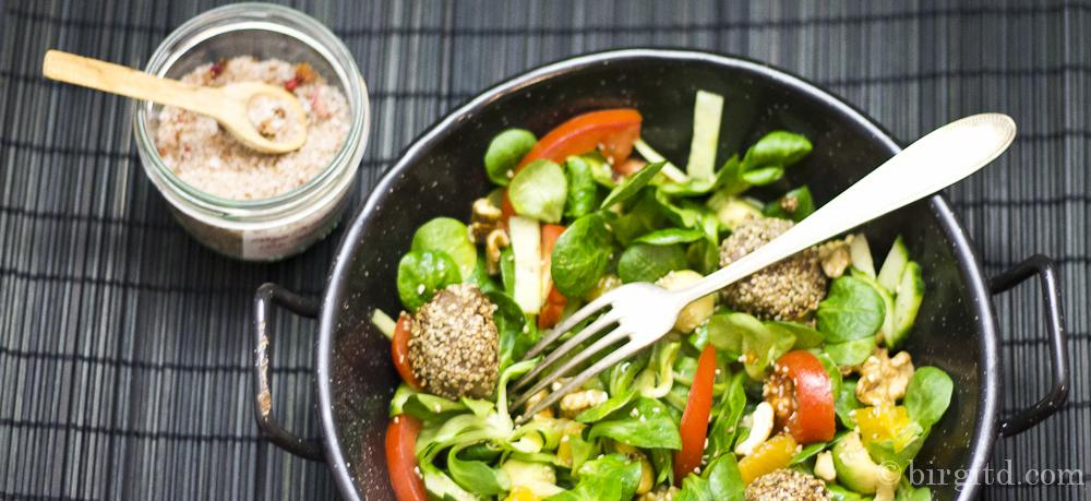Fruchtig-frischer Feldsalat mit Avocado, Nüssen und kleinen Fleischbällchen