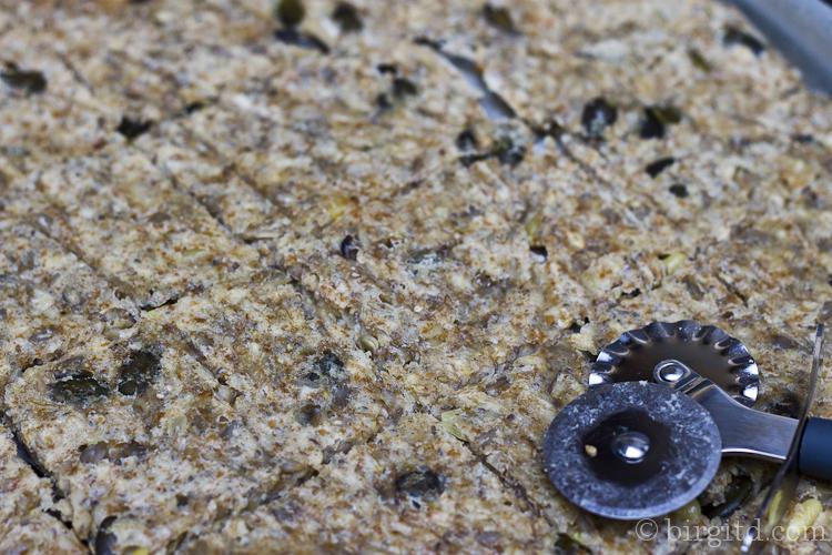 Knäckebrot - nach 25 Min. Teigplatte schneiden