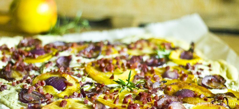 Flammkuchen mit Apfel, roten Zwiebeln, Schinken & Gorgonzola