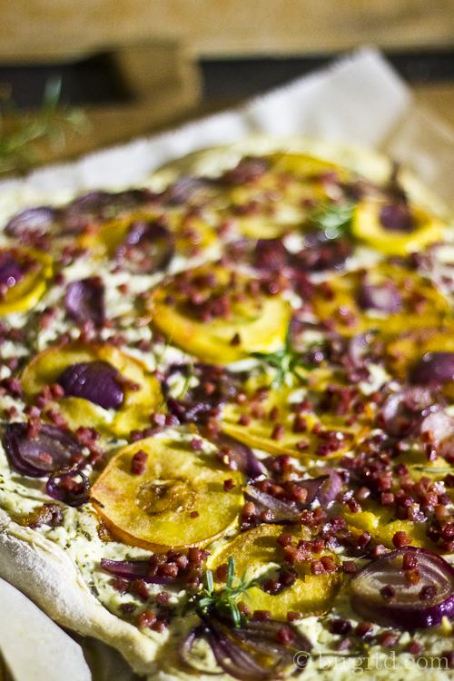Flammkuchen mit Apfel, Schinken & Gorgonzola