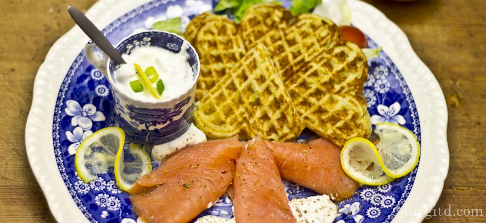 Kartoffelwaffeln mit geräuchertem Lachs & leichter Wasabi-Kräuter-Crème