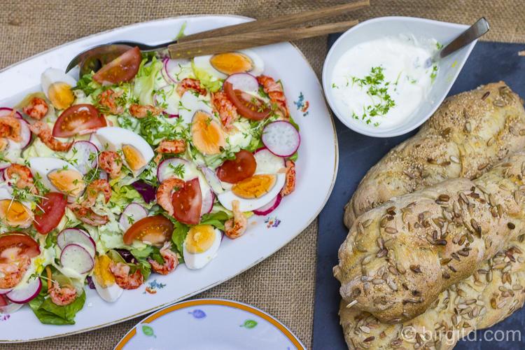 Bunter Salat mit Ei und Flusskrebsfleiscch