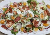 Bunter Salat mit Ei und Flusskrebsfleisch