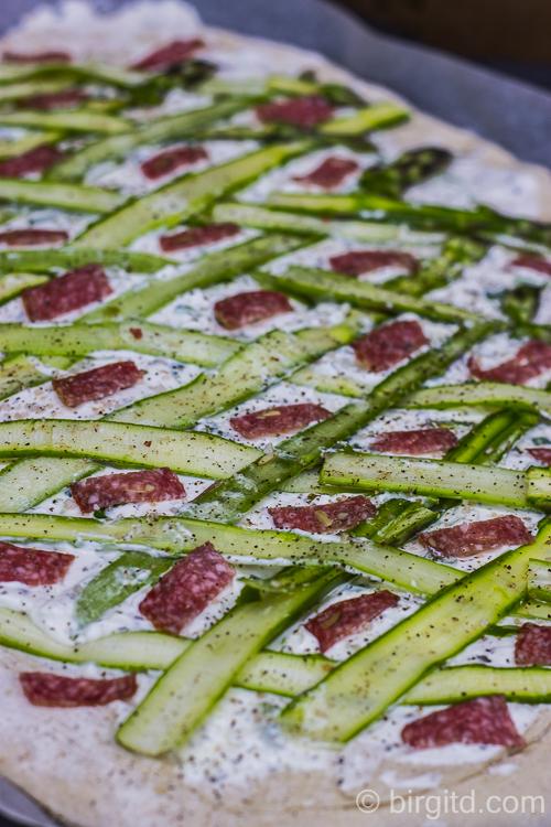 Flammkuchen mit Spargel und Salami belegt