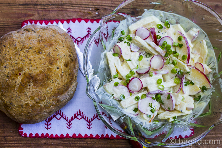 Radieschensalat und Dinkelbrot mit Tomaten und verschiedenen Saaten