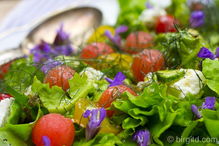 Sommersalat mit Schafskäse, Melone und vielen Kräutern