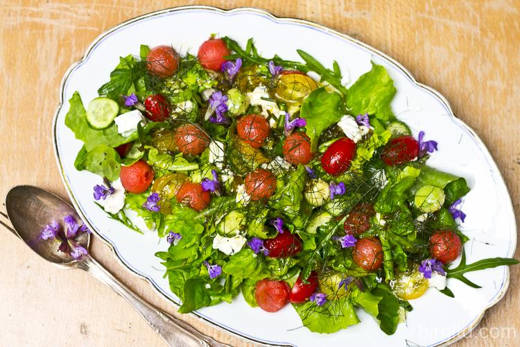 Sommersalat mit Melone, Schafskäse und Kräutern
