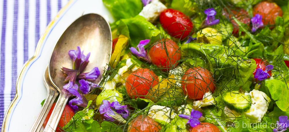 Sommersalat mit Schafskäse, Melone und vielen Kräutern – ideal als Grillbeilage