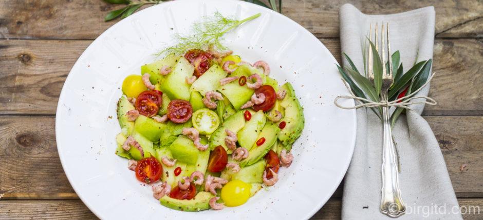 Sommersalat mit Melone, Avocado, Tomaten und Krabben