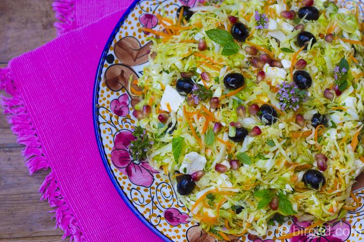 Orientalisch angehauchter Kohlsalat mit Granatapfel und Minze